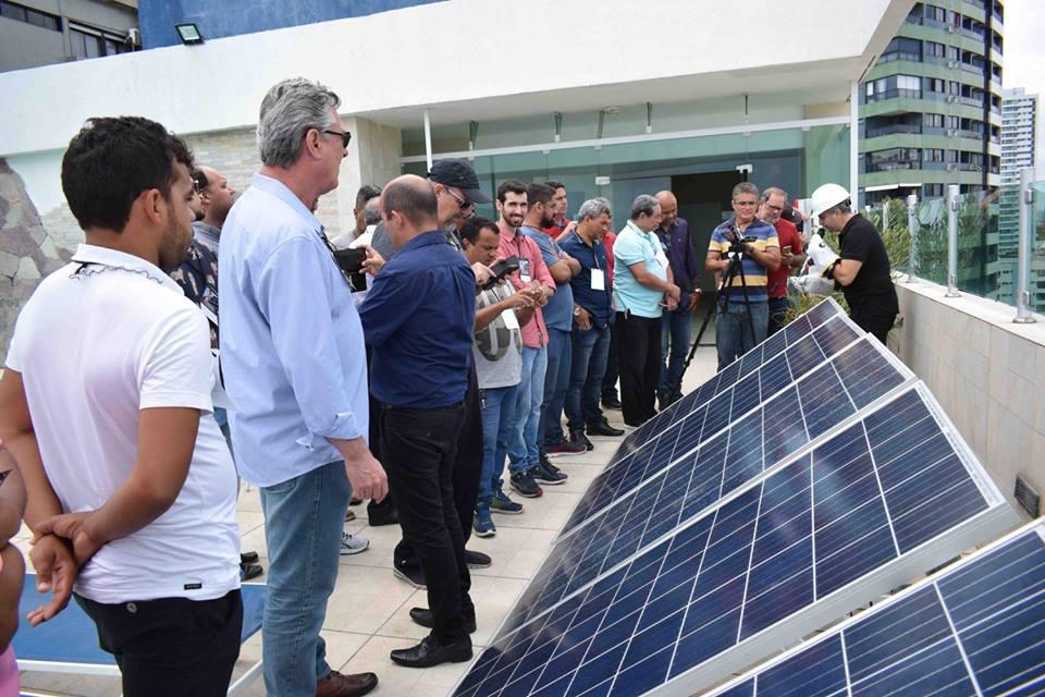 Alunos do curso de energia solar em campo