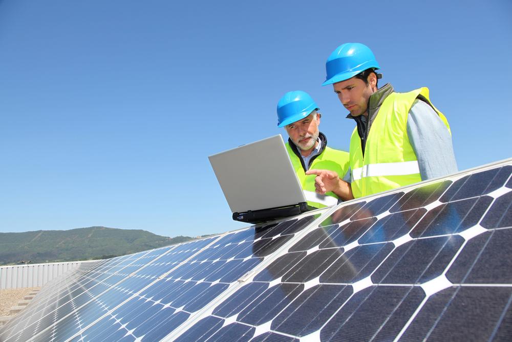 Engenheiros checando a instalação de energia solar